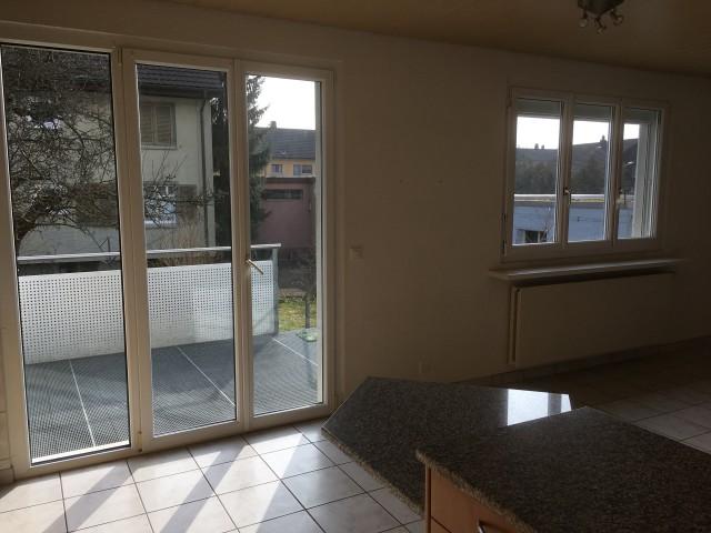 Blick von Wohnküche auf Terrasse und Garten