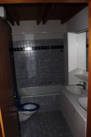 Bad mit Badewanne und Waschturm