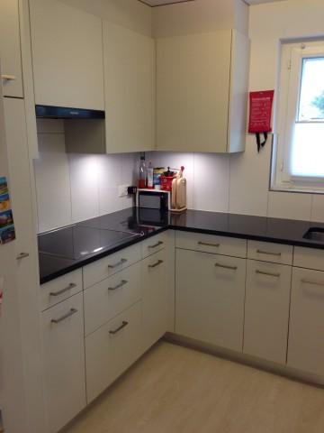 Küche mit hochliegendem Backofen