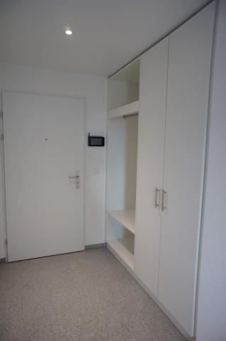 Eingang mit Kamera, Garderobe & Einbauschrank