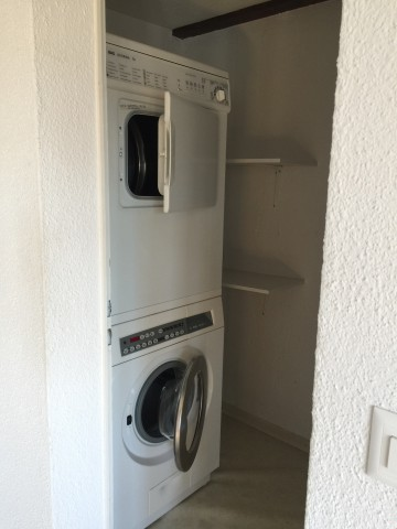 Waschmaschine / Trockner in separatem Raum mit Abstellkammer