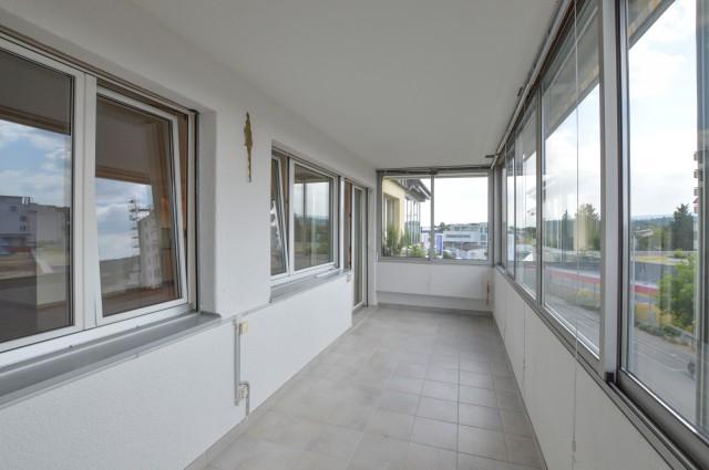 Beheizter, verglaster Balkon mit Bergsicht