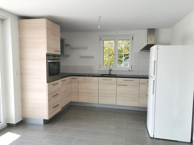 Offene Küche mit Keramikherd, separatem grossen Kühlschrank