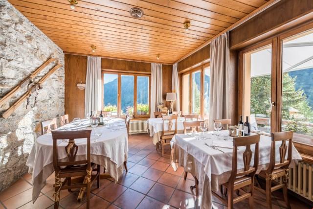 Vendesi Hotel di charme con famoso ristorante sulle alpi tic 22837392