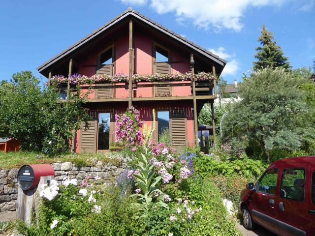 Freistehendes Einfamilienhaus mit Sonnenkollektoren und Phot 28753221