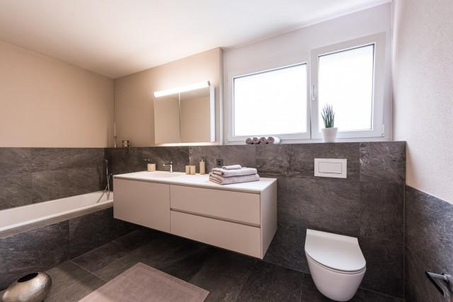 Badezimmer 2 mit Wanne und Tageslicht