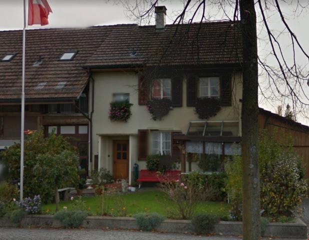 Angebautes Wohnhaus, 6.5-Zimmer mit sonnigem Garten 19968677