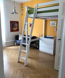 """Zimmer mit Verbindungstüre zu \""""Elternschlafzimmer\"""", Etage 1"""