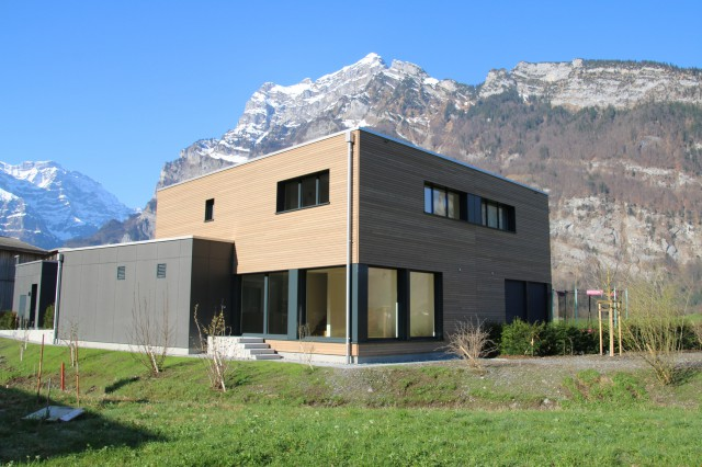 Modernes Haus am Bach 27432223