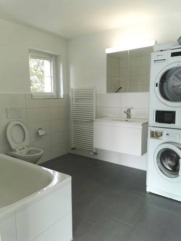 Badezimmer mit Badwanne, Spiegelschrank, WM und Tumbler