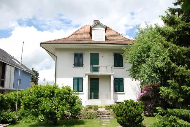 Villa mit schönem Garten 24823722