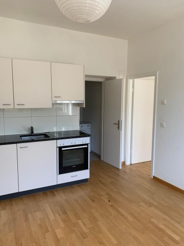 Schönes, modernes Wohnzimmer mit offener Küche