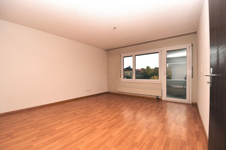 Miete: Grosszügige Wohnung mit zwei Balkone
