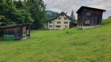 Wohnhaus (1'094m3) kann als 1-3-Familienhaus genutzt werden