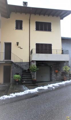 Haus Eingang Gästezimmer & Haupteingang Balkon und Garageneinfahrt