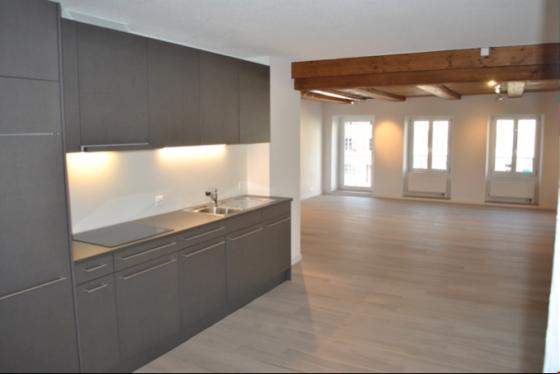 Moderne hochwertige Küche, integriert im Wohnbereich