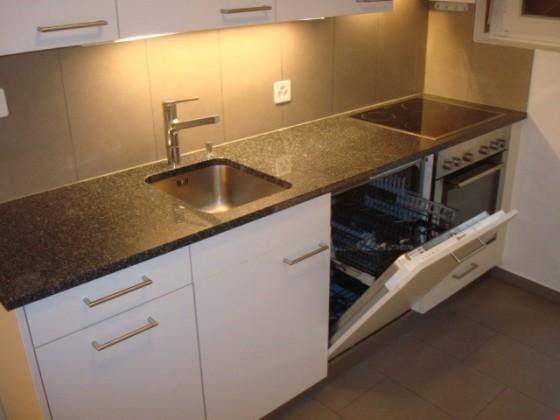 Küche mit Schränken, Kühl-/Gefrierschrank, Geschirrspülmaschine, Essplatz