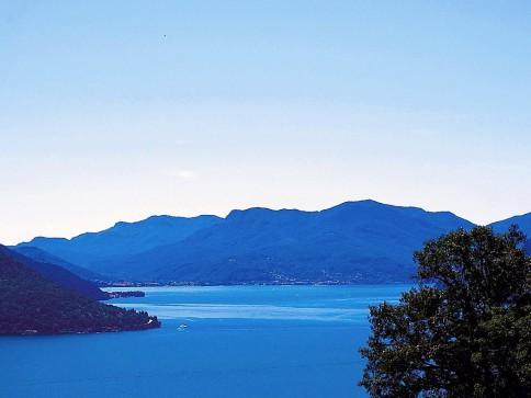 Bauland mit Sicht auf See und Berge
