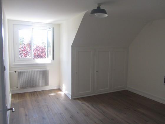beide Zimmer mit Einbauschränken und Riemenboden