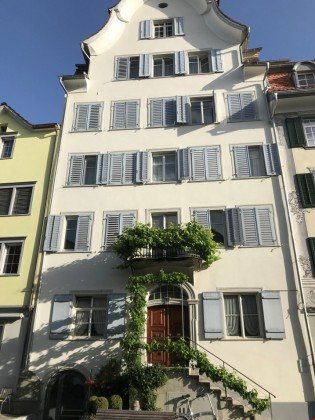 Die Obergasse 8 ist in der Mitte einer Häuserzeile, Alter 260 Jahre