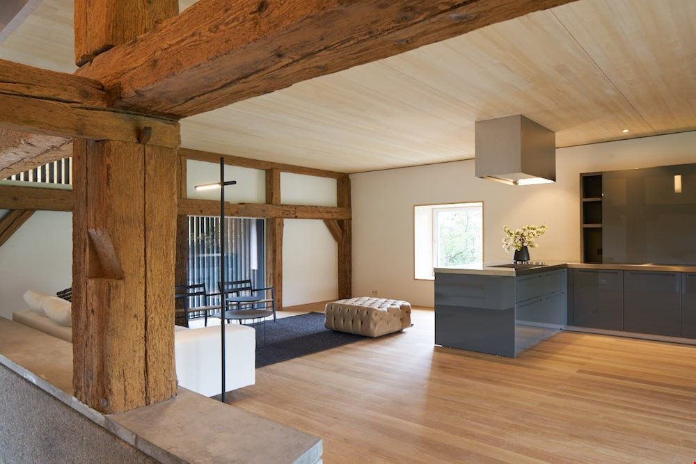 bauernhaus sanieren alt der von einem berdeckte wohnraum ffnet sich mit fenstertren zur. Black Bedroom Furniture Sets. Home Design Ideas