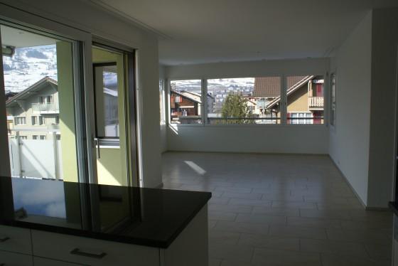 Grosszügiges helles Wohnzimmer mit Ausgang zum Balkon