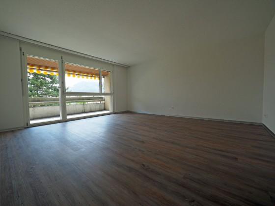 grosszügiges Wohnzimmer mit Zugang auf den Balkon