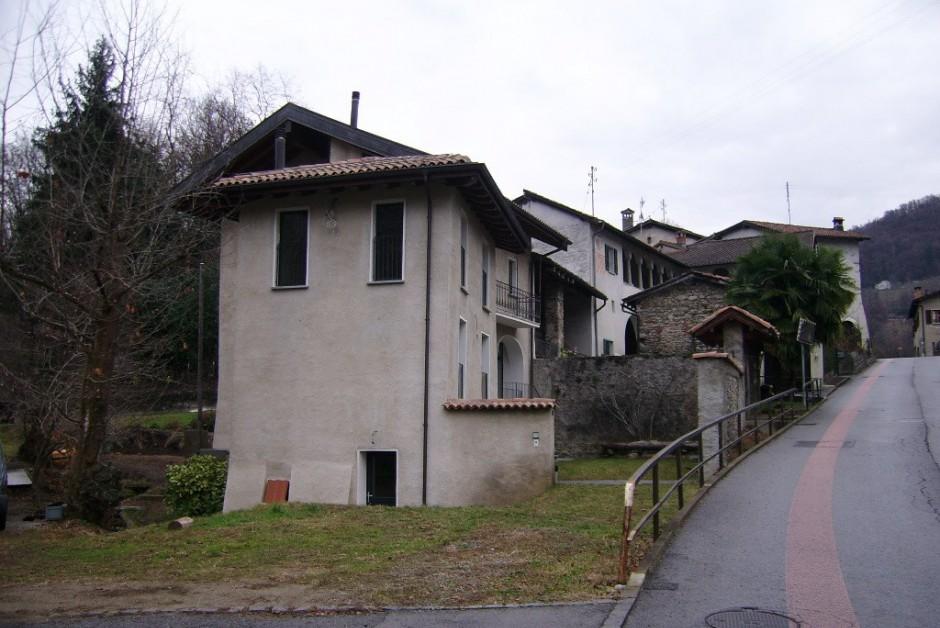 Sessa frazione beredino grande casa ticinese con corte for Grande casa padronale