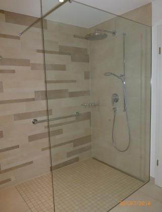 Barrierefreie, moderne Dusche