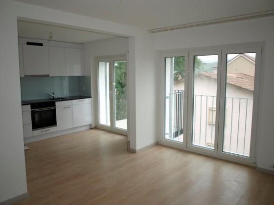 Küche mit Wohnzimmer & Balkon
