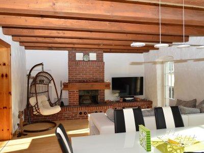 Wohnzimmer mit Cheminée & Ausgangstüre zum Balkon