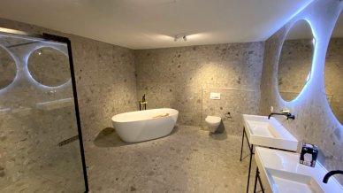 Stilvolle Nasszelle mit freistehender Badewanne und Walk-In Dusche