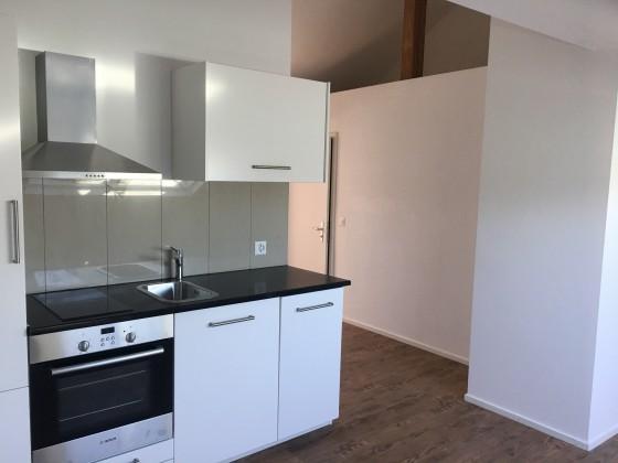 Küche mit Eingangsbereich dahinter
