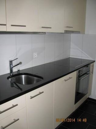 Küche (gespiegelte Ansicht betreffend Einrichtung)