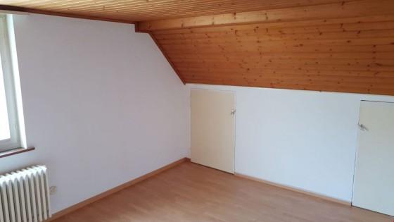 Hübsches, grosszügiges Wohnzimmer mit etwas Dachschräge