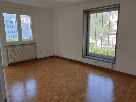 Wohnzimmer mit Parkettboden