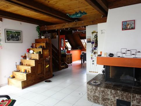 Dachwohnung mit viel Holz zu vermieten