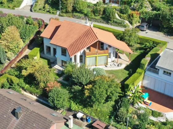 Luftaufnahme des freistehenden Einfamilienhaus