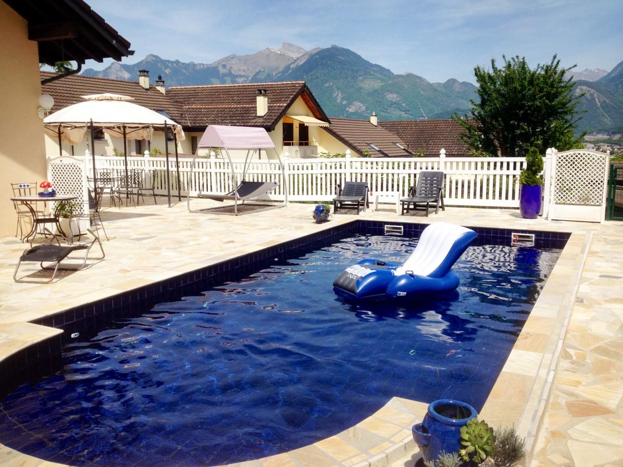 Muraz spacieuse villa avec piscine et sauna appartement for Piscine sauna