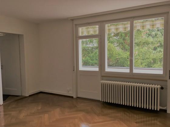 Wohnzimmer mit Zugang auf Balkon