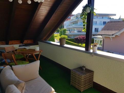 Schöne, helle Dachwohnung mit grossem Balkon und Cheminée