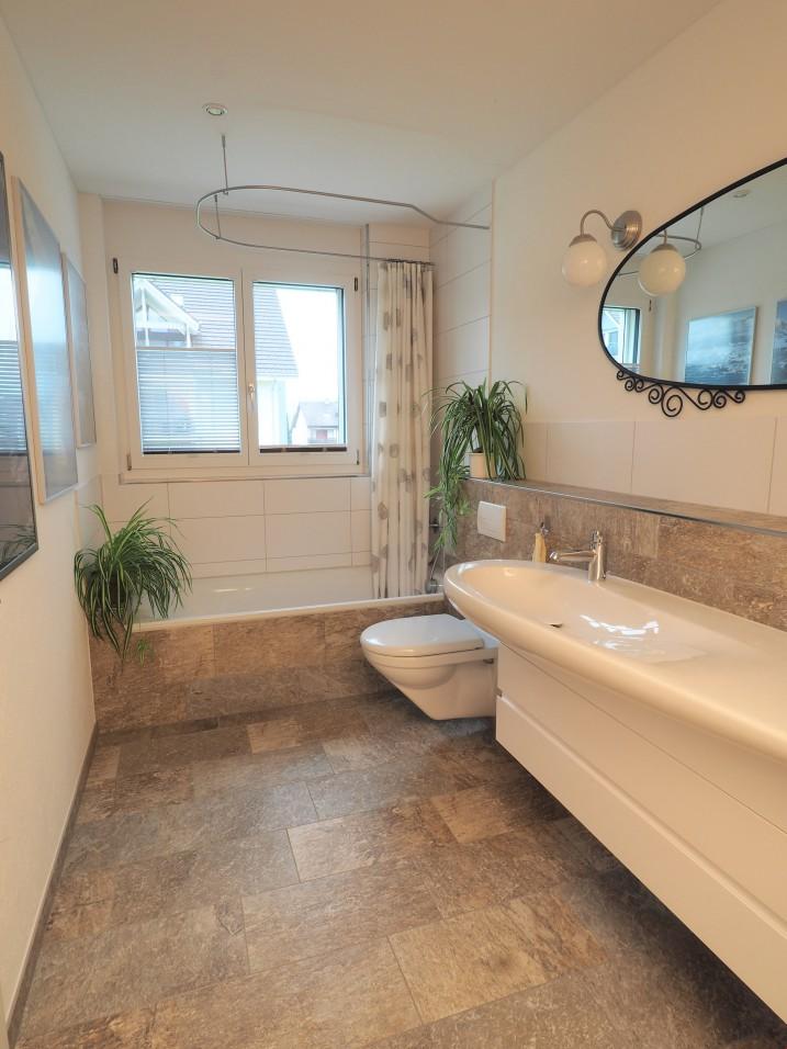 sch ner wohnen in niederwil 4 5 zi wohnung mit grossem balkon immoscout24. Black Bedroom Furniture Sets. Home Design Ideas