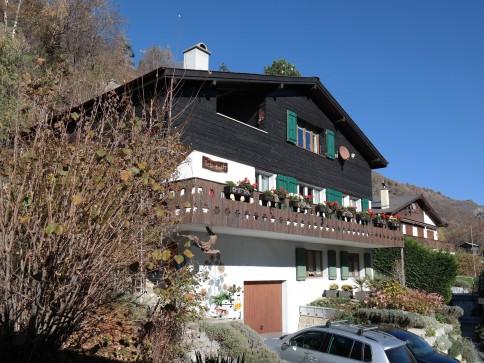 Sonne, Berge, Lebensfreude; Haus mit drei Wohneinheiten