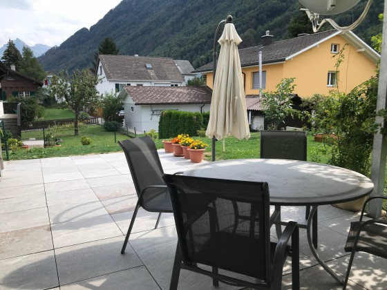 wunderschöner gedeckter Sitzplatz und Garten EG