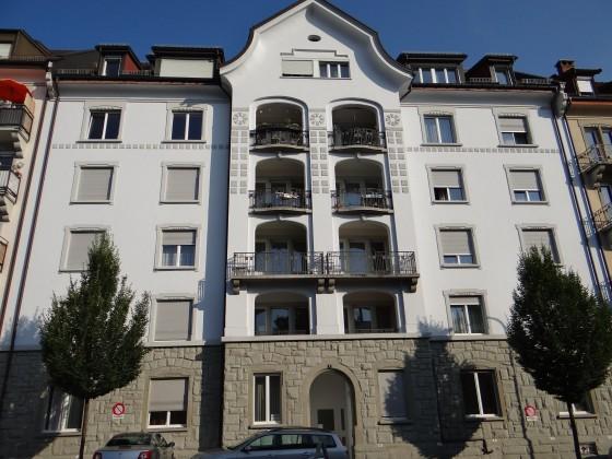 Komplett renovierte 5 Zimmer Wohnung in sonnigem, grosszügigem Wohnhaus mit Balkon