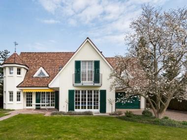 Englische Landhausvilla mit Pool an exklusiver Villenquartierlage