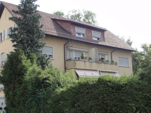 renovierte 3-Zimmer-Dachwohnung in kleinerem Mehrfamilienhaus
