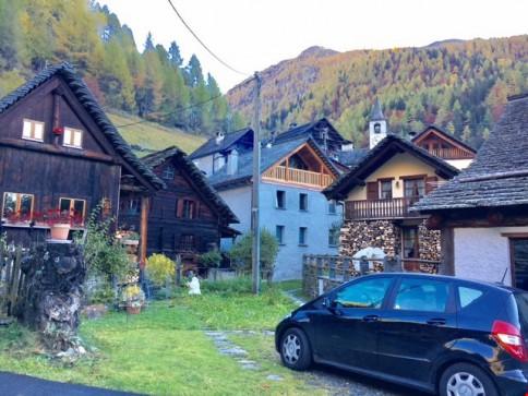 Rustico mit Zufahrt im Dorfkern