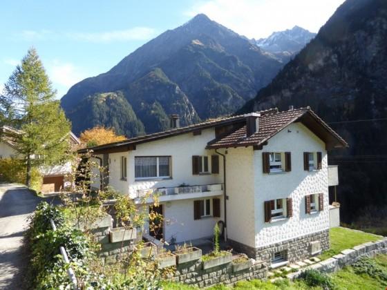 Das Zwei-Familien-Haus, mit einer 3 1/2 - Zimmer und einer 4 1/2 - Zimmer - Wohnung (Westansicht)