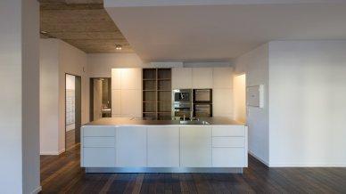 Luxuriöse, offene Küche mit Kochinsel